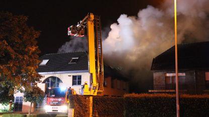 Bliksem slaat in op appartementsgebouw, twee uur later slaan vlammen uit het dak: Gebouw zwaar beschadigd, twee flats volledig verwoest