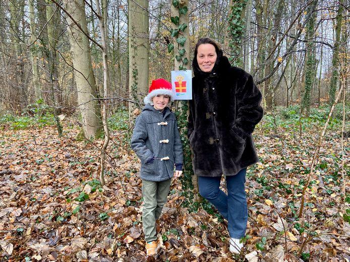 Na een herfstblaadjeszoektocht hebben juf Sofie en zoon Maurice een kerstzoektocht uitgestippeld in het park van Schilde