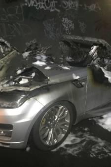 Range Rover Sport brandt uit in Hedel, auto eerder op de avond gestolen