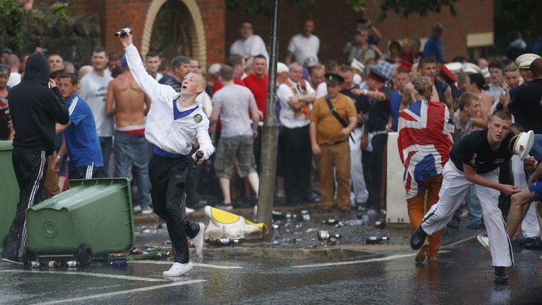 Betogers gooien stenen in Belfast, Ierland. Beeld ap