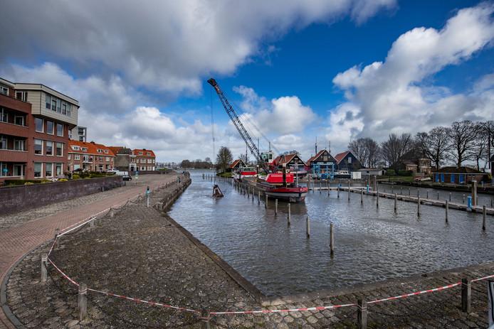 De Buitenhaven in Kampen wordt gebaggerd.