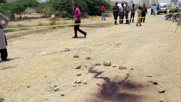 Pakistani bij de plek waar de bus aangevallen werd. Beeld afp