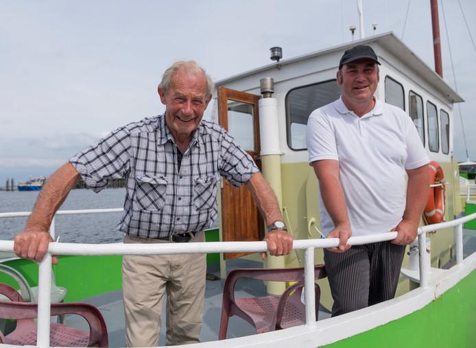 Eric Moerland (r) en vader Kees op het pontje in 2017. Deze zomer varen ze niet meer tussen Anna Jacobapolder en Zijpe.