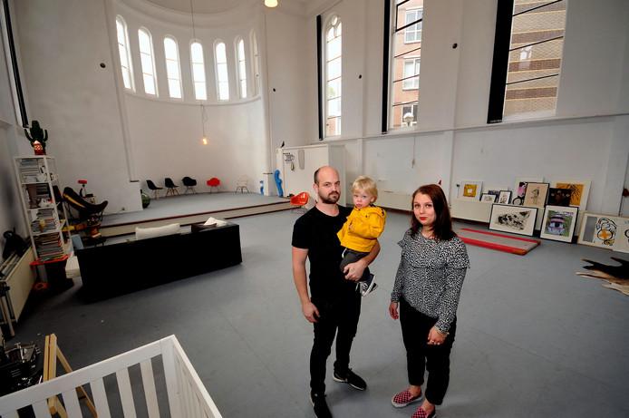 Julia Dusée en Jori Harmans en hun zoontje Tijm in de kapel.