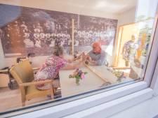 Huib kan zijn Mientje bijna weer aanraken dankzij de Kletskêête; zorgcentrum Moerzicht kan geen mooier cadeau wensen