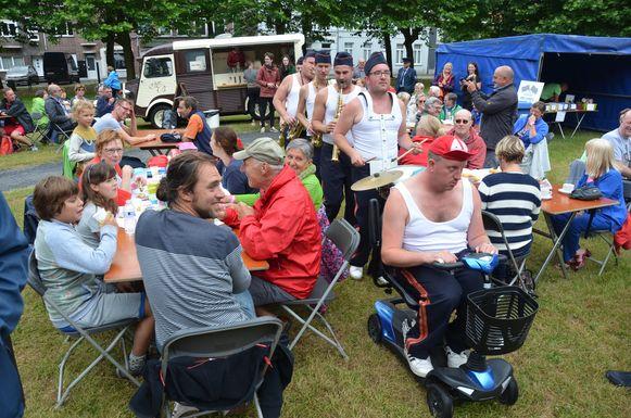 De knotsgekke fanfare Die Verdammte Spielerei zorgde tijdens de vorige editie voor de nodige hilariteit op de Dries van Sinaai.