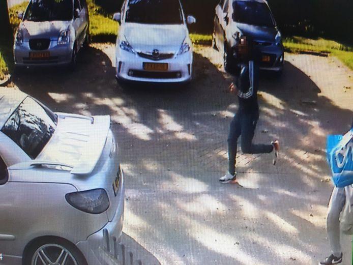 Twee mannen rennen door de Hindersteinstraat. De beelden zijn geblurd.