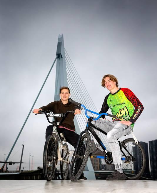 Urban sporters Laurens (links) en Jim bij de Erasmusbrug.