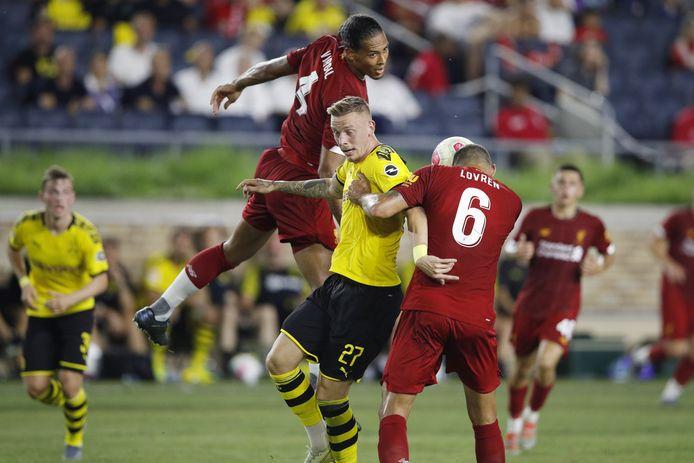 Virgil van Dijk in duel met Marius Wolf van Borussia Dortmund.