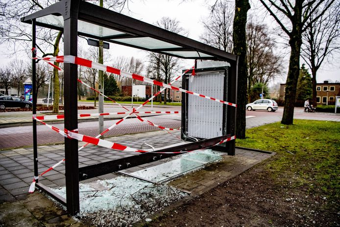 Een door vuurwerk vernield bushokje. Tijdens de jaarwisseling is op z'n minst voor 15 miljoen euro schade aangericht aan huizen en auto's.
