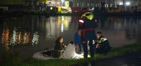 Omstanders redden vrouw uit water met bootje