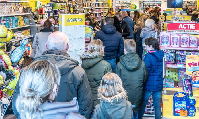 Drukte bij Intertoys in Zwolle. Ook in deze winkel gedroegen klanten zich agressief richting het personeel.
