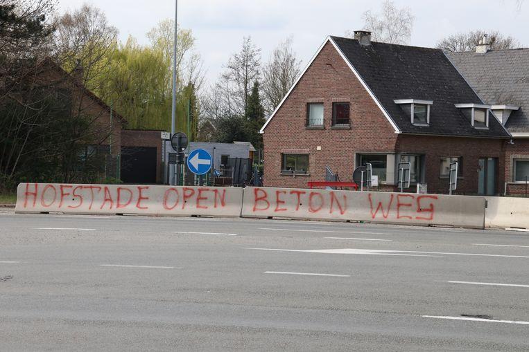 Graffiti aan de N41 in Hofstade.
