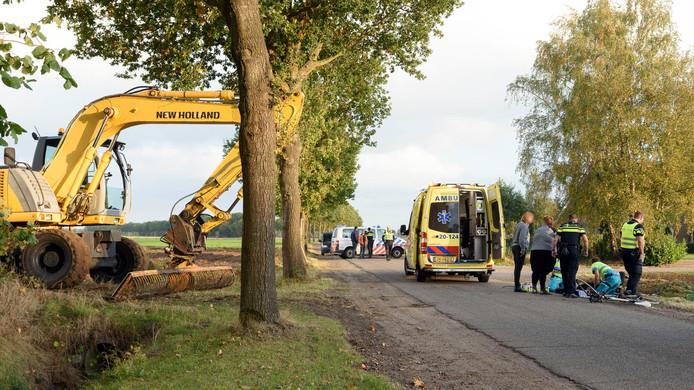 De gewonde wielrenner krijgt ter plekke hulp in Dorst.