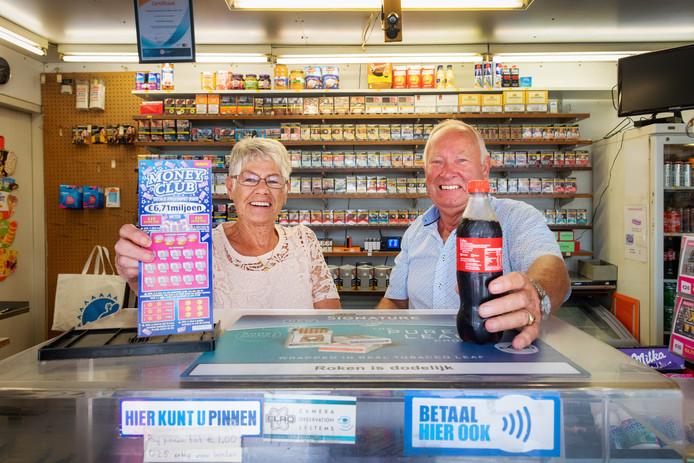 Antoinette en Henk Maassen in hun kiosk aan de Graafseweg in Nijmegen.