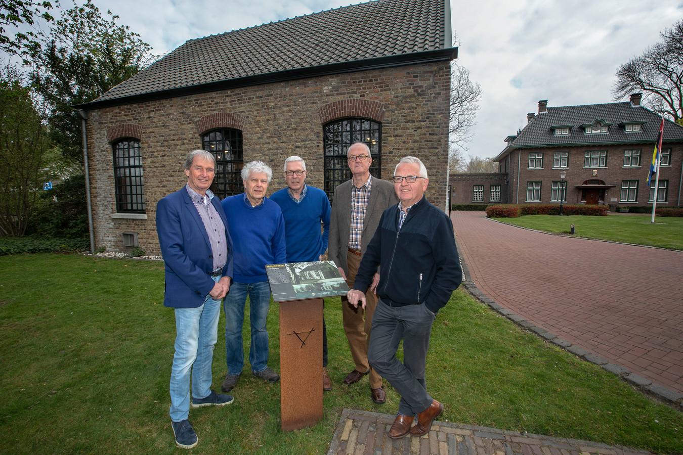 Cor Molenaar, Roland van Pareren, Jan van Stiphout, Peter van Dongen en Martien Jansen (vlnr) van stichting Nuenen 200.