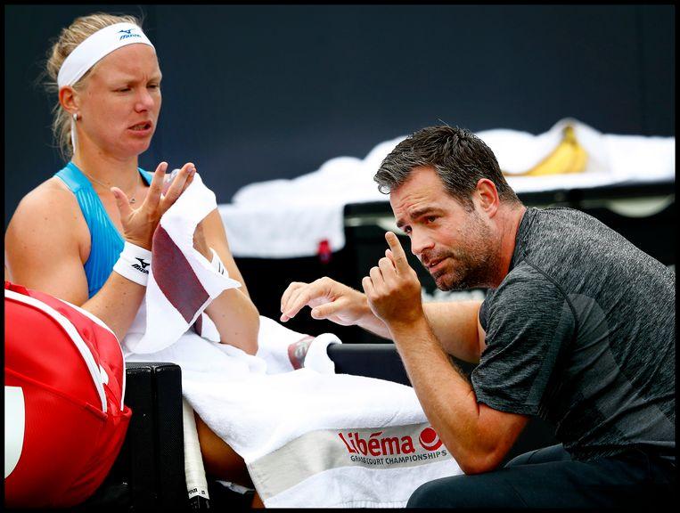 Overleg tussen Kiki Bertens en Raemon Sluiter tijdens het toernooi van Rosmalen in 2018. Beeld Getty