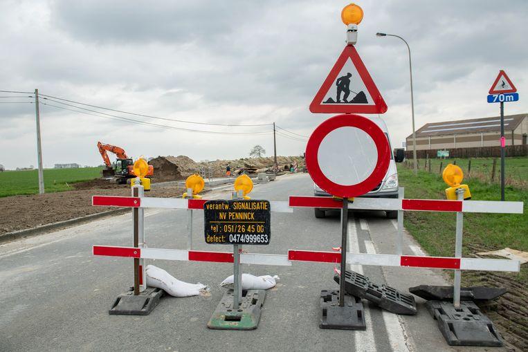 De wegenwerken in de Roeselarestraat zijn volop bezig. De doortocht is afgesloten.