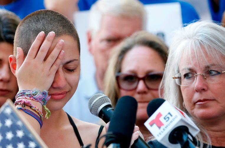 Emma Gonzalez (links), die de schietpartij op haar middelbare school eerder deze week overleefde, sprak zich in een emotionele speech hard uit tegen de NRA, de National Rifle Association, die zich inzet voor de belangen van wapenbezitters. Beeld AFP