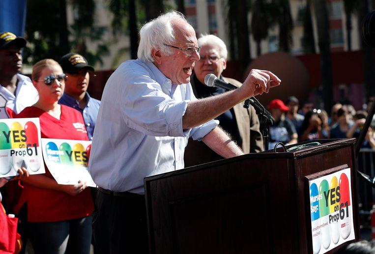 Senator Bernie Sanders tijdens een bijeenkomst in Los Angeles, een dag voor de verkiezingen. Beeld photo_news