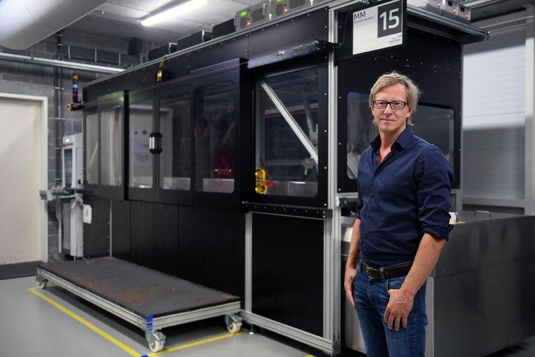 31624ff7492d78 Communicatiemanager Kristof Sehmke bij de 3D-printer waarin een  mammoetskelet zal ontstaan.
