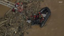 VIDEO: Wanhopige kajakker zit vast in kolkende rivier: brandweer moet grote middelen inzetten