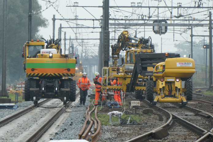 Swietelsky werkt druk aan het spoor bij Boxtel. Er rijden geen treinen naar Eindhoven