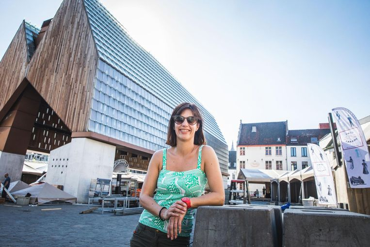 Sandra Van Steenkiste aan de Stadshal waar alles in gereedheid gebracht wordt.