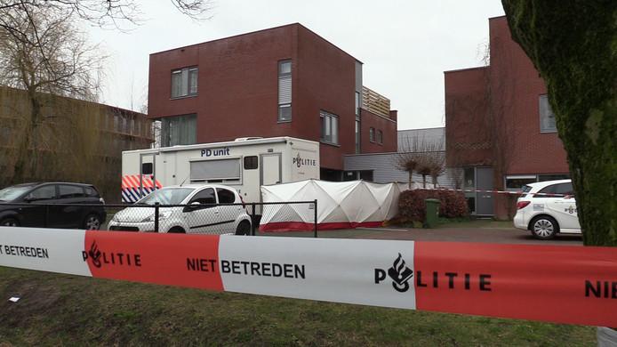 De woning aan de Morel in Wageningen waar woensdagavond een dodelijke steekpartij heeft plaatsgevonden is afgezet. De politie doet onderzoek.