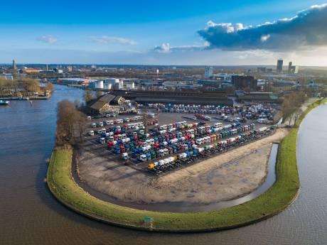 'Nog voor de zomer' hoog hek en klimop rond parkeerplaats Scania in Zwolle
