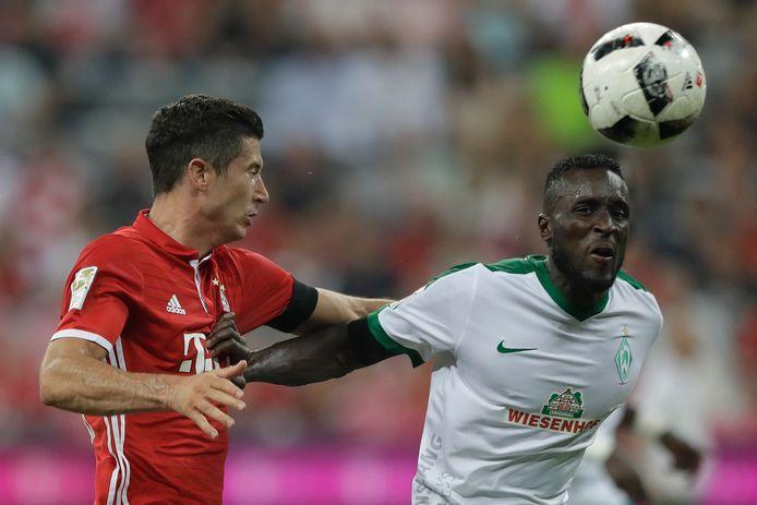 Lamine Sané als speler van Werder Bremen in duel met Robert Lewandowski van Bayern München.