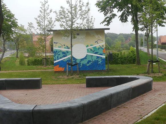 Het pleintje op het kruispunt Duinkerken-Wenen kreeg een muurschildering.