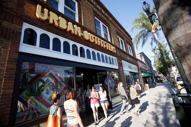 Een filiaal van Urban Outfitters in Pasadena California. In Amsterdam heeft het merk ook een vestiging. Beeld REUTERS