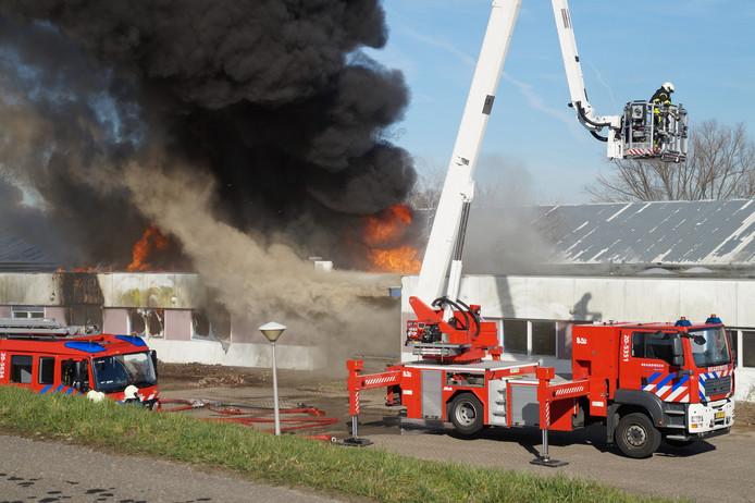 De vlammen slaan inmiddels uit het dak van voormalig bouwbedrijf Villaforte.