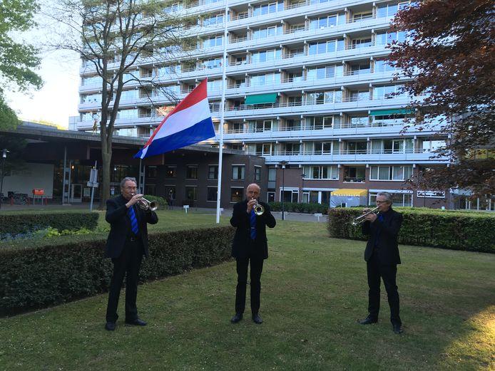 Verzorgingstehuis Het Laar kreeg voor Dodenherdenking een muzikaal bezoek van door leden Seniorenorkest Tilburg.