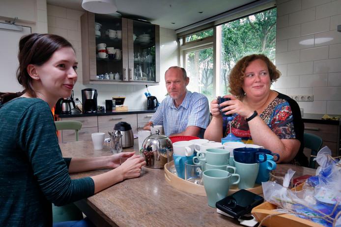 Iris Planken (rechts) en Luuk van Schothorst, twee van de vaste bewoners, en Loïs Vernhout, een voormalige 'meewoner', aan de keukentafel.