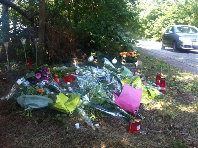 Bloemen op de plek waar Hugo van Houten om het leven werd gebracht.