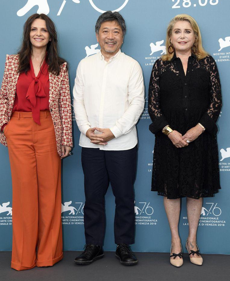 Van links naar rechts: actrice Juliette Binoche, regisseur Hirokazu Kore-eda en actrice Catherine Deneuve in Venetië. Beeld EPA