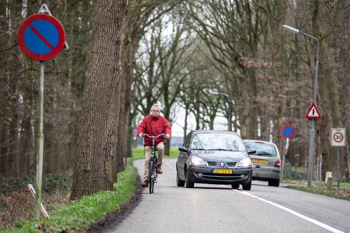 De Ravensteinseweg is onveilig voor fietsers. Achter de bomen links wordt nu een fietspad aangelegd.