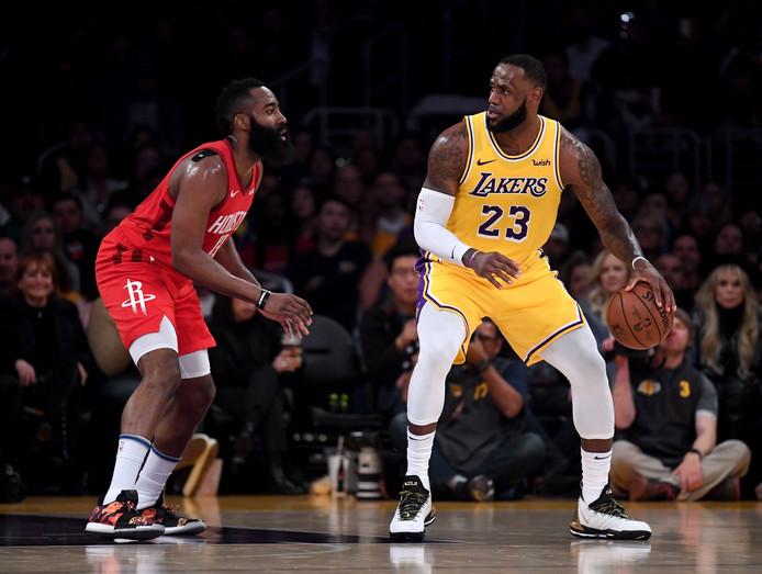 De beide supersterren LeBron James (r) en James Harden stonden in LA tegenover elkaar.