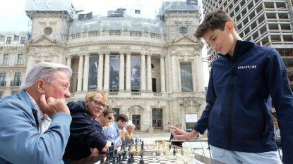 Daniel (13) speelt 16 schakers simultaan naar huis (en ook Bart De Wever moet eraan geloven )