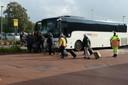 Bussen rijden af en aan voor de reizigers die naar Eindhoven willen of daar vandaan komen.