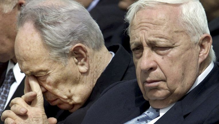 Ariel Sharon (R) en Shimon Peres in 2002. Beeld reuters