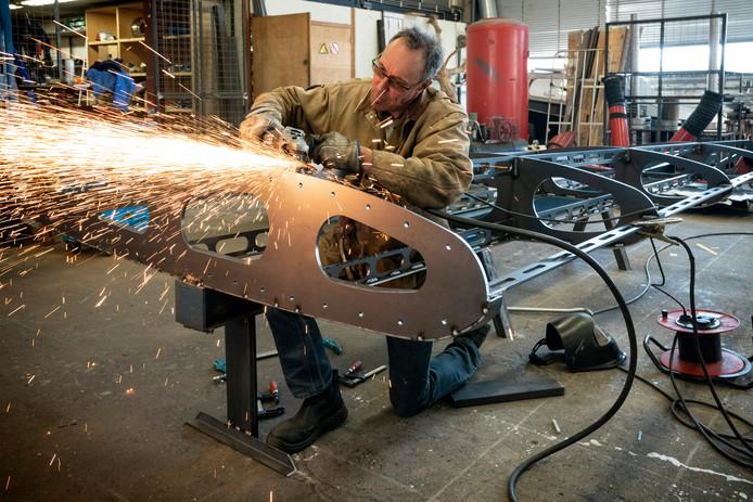 Bart Somers maakt een schijnvliegtuig van staal. Dat doet hij samen met jongeren met een afstand tot de arbeidsmarkt.