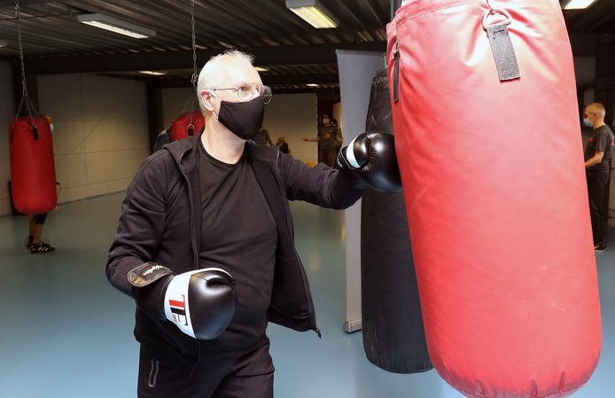 Eén van de Parkinsonpatiënten tijdens de bokstraining