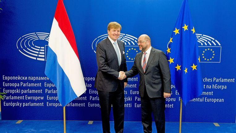 Koning Willem-Alexander schudt de hand met Martin Schulz (R), de voorzitter van het Europees Parlement, tijdens een bezoek aan het Europees Parlement. Beeld anp