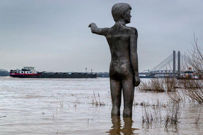 Het beeld De Waterjongen van Marcel Smink in de uiterwaarden van de Waal bij Zaltbommel geeft aan hoe hoog het water in 1995 stond.
