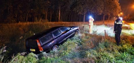 Auto van oprit A58 Tilburg Reeshof geraakt, komt door nat wegdek in greppel terecht