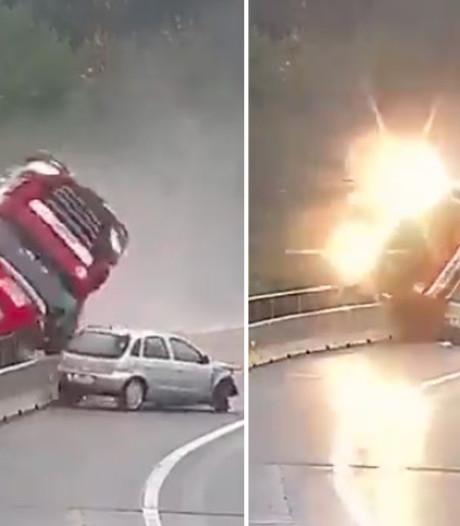 Horrorcrash: vrachtwagen stort van viaduct