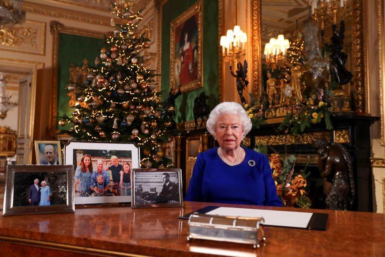 De Britse koningin Elizabeth leest haar kerstboodschap voor. Beeld REUTERS